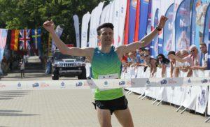 Rafał Czarnecki na mecie Koral Maratonu (www.festiwalbiegowy.pl)