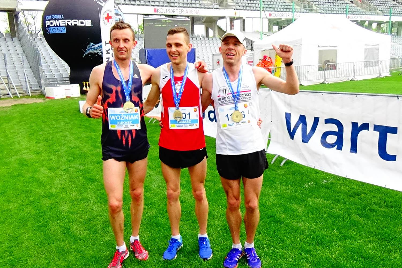 pierwsza trójka sieBiega półmaratonu: od lewej Łukasz Woźniak, Tomasz Biskupski i Zbigniew Kalinowski.