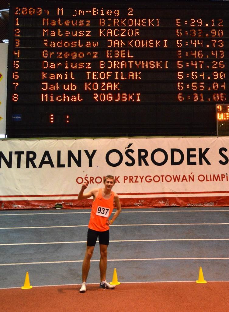 Mateusz Borkowski po ustanowieniu rekordu Polski juniorów młodszych w biegu na 2000 m w styczniu 2014 r. Źródło: LKB Rudnik