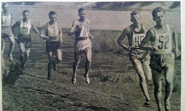 Zdzisław Krzyszkowiak na prowadzeniu biegu na 6 km w 1958 roku