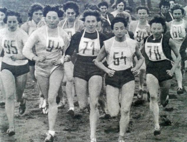 Bieg kobiet na 1,2 km w 1958 roku, z numerem 54 jego zwyciężczyni Krystyna Nowakowska