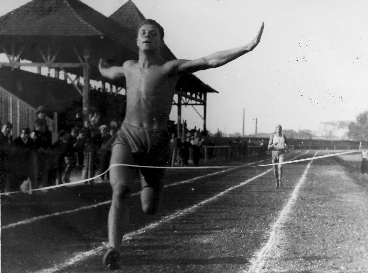 Stanisław Boszczyk na mecie zwycięskiego biegu na 1500 m na stadionie WKS