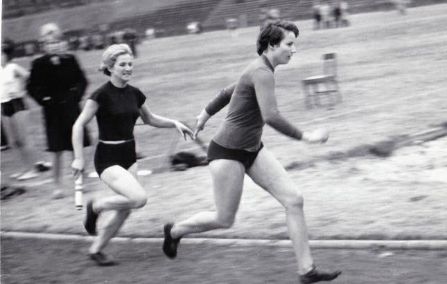 Sprinterki Granatu Skarżysko Zofia Fabiańska (z pałeczką) i Zofia Krótkopad w sztafecie 4x100 m