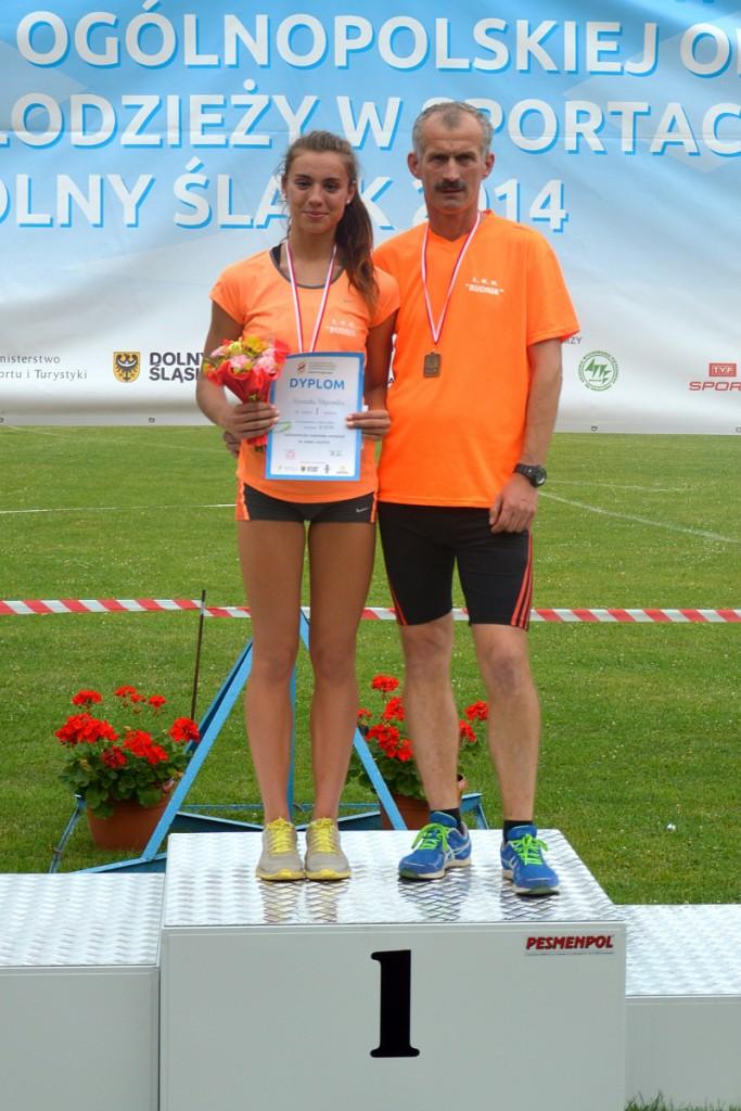 Agnieszka Filipowska na podium z trenerem Sylwestrem Dudkiem (zdj. LKB Rudnik)
