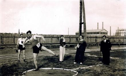 Edward Imiela pcha kulą na zawodach na starym stadionie nad Kamienną w Starachowicach (Zdjęcie wykonał Zenon Firkowski, pochodzi ze zbiorów Zbigniewa Kopańskiego)