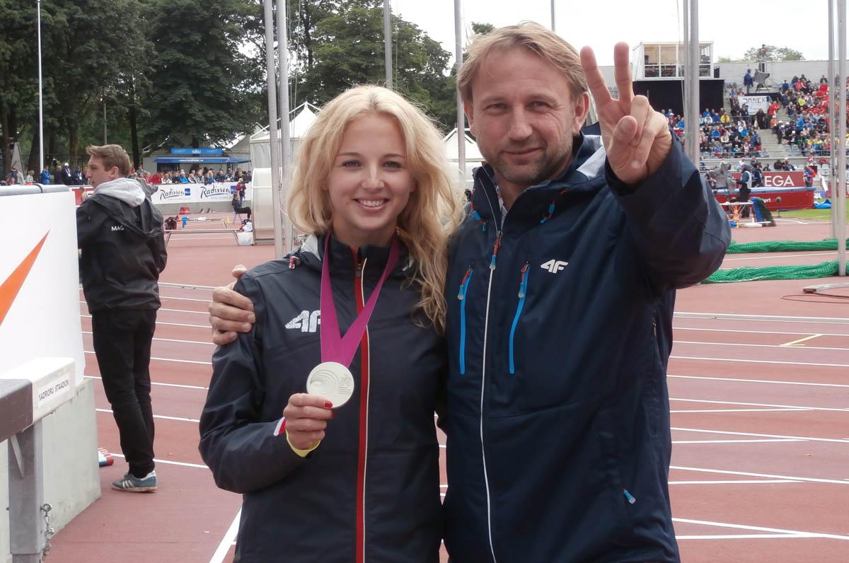 Karolina Kołeczek z trenerem Andrzejem Mirkiem po zdobyciu srebrnego medalu młodzieżowych mistrzostw Europy w Tallinie (zdjęcie A.Mirek)