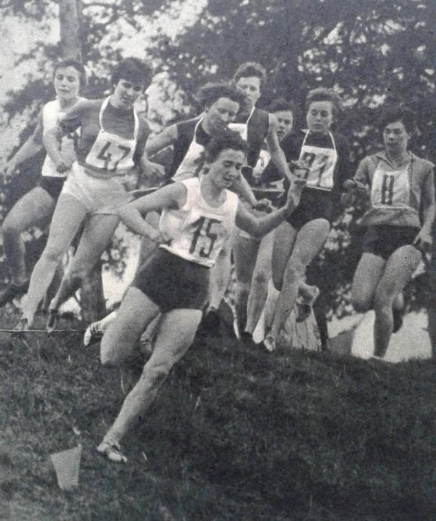 Bieg na 1,2 km na mistrzostwach w Skarżysku, prowadzi Krystyna Nowakowska, pierwsza z lewej Henryka Staneta