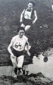 Krystyna Nowakowska prowadzi bieg na 1,2 km podczas mistrzostw Polski w Skarżysku