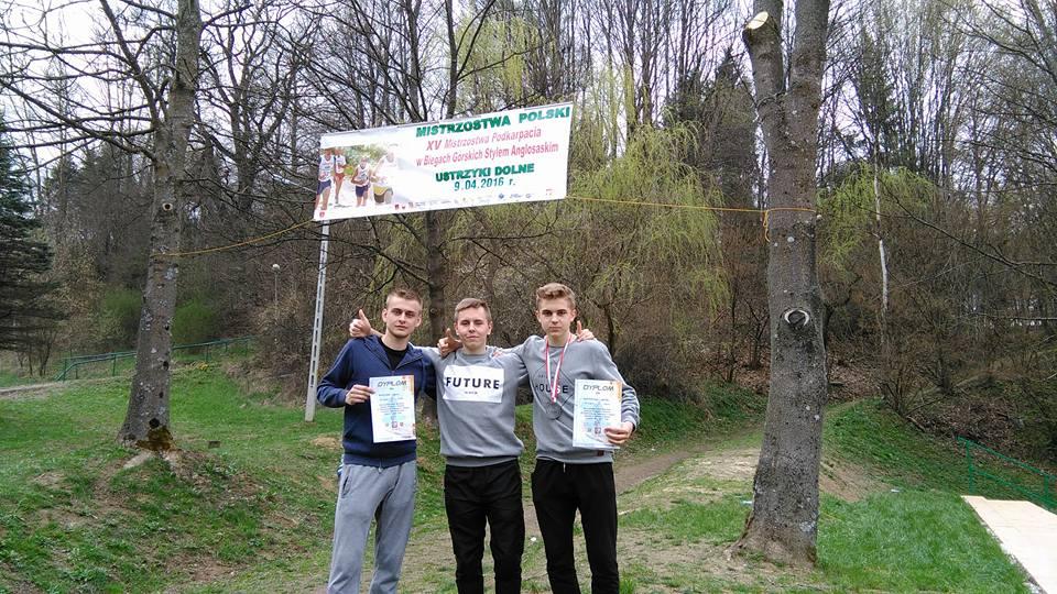 Biegacze Olimpu Strawczyn, od lewej Krystian Surma, Oskar Wychowaniec i Barłomiej Siadul (facebook.com/olimp-strawczyn)