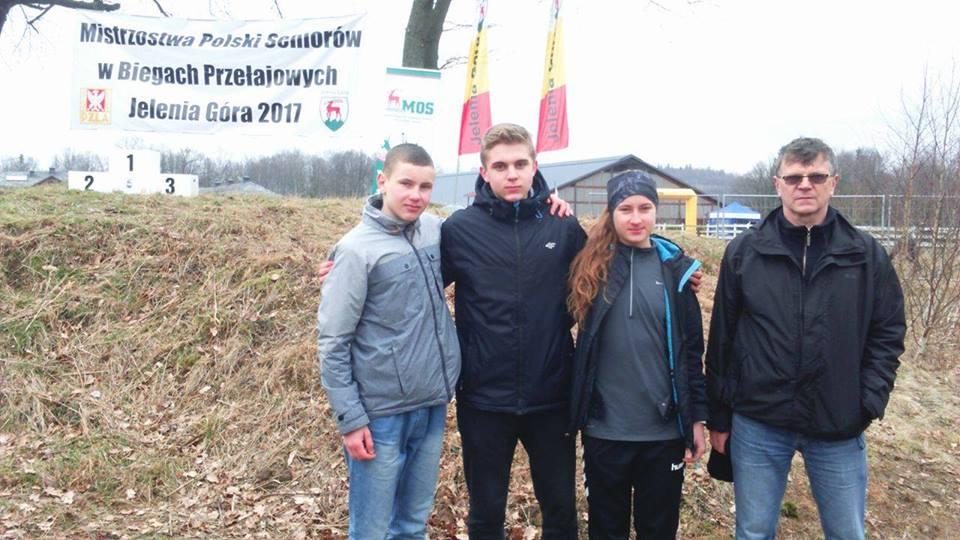 Biegacze Olimpu Strawczyn na mistrzostwach w Jeleniej Górze, od lewej Kewin Gad, Bartłomiej Siadul, Julia Szymkiewicz i trener Aleksander Niwiński (zdjęcie z profilu FB Olimpu Strawczyn)