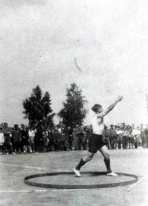 Jerzy Rożek rzuca dyskiem podczas mistrzostw skarżyskich szkół w 1948 r.