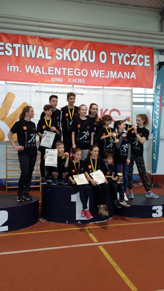Młodzi tyczkarze KKL z trenerką Agnieszką Wroną (arch. Agnieszki Wrony)
