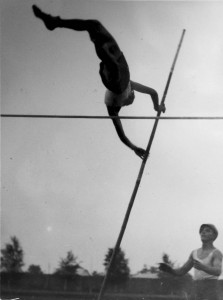 Jan Lipczewski w 1935 roku ustanowił rekord Kielc 2,95 m (zdjęcie z Kroniki KS