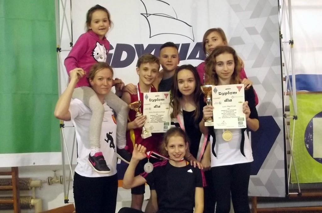 Młodzi tyczkarze KKL Kielce z trenerką Agnieszką Wroną, fot. Paweł Iwaniec