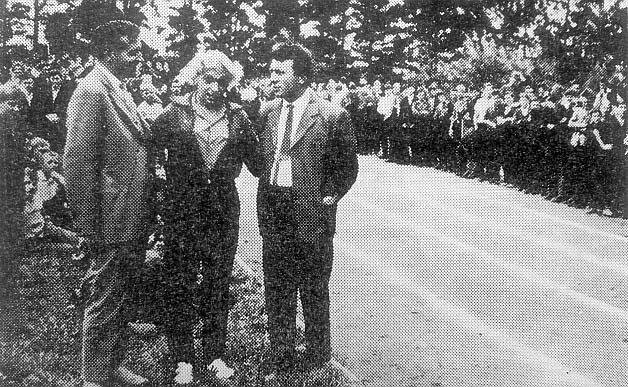 Stanisława Walasiewicz-Olson w Radomiu-Wacynie, z prawej Jerzy Świercz