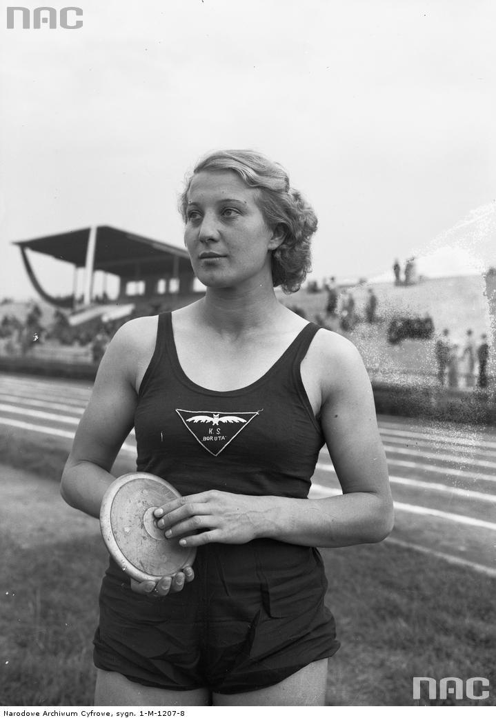 Jadwiga Wajsówna na zawodach w Krakowie w 1937 r. (Narodowe Archiwum Cyfrowe)