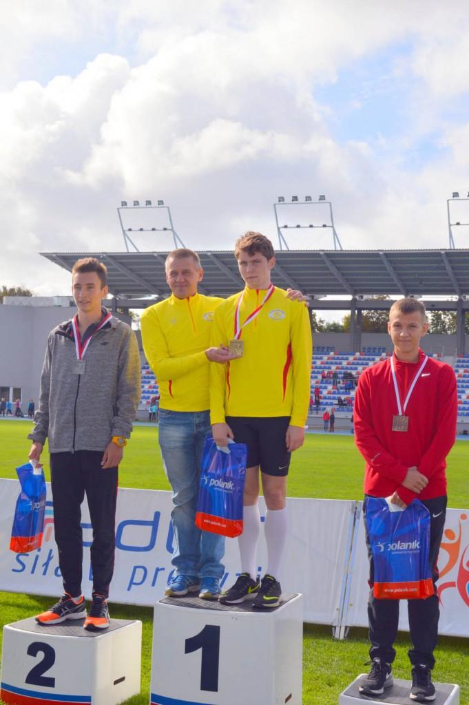 Mateusz Wróbel na podium z trenerem Zdzisławem Perepiczko (zdj. KS Słoneczko Busko-Zdrój)