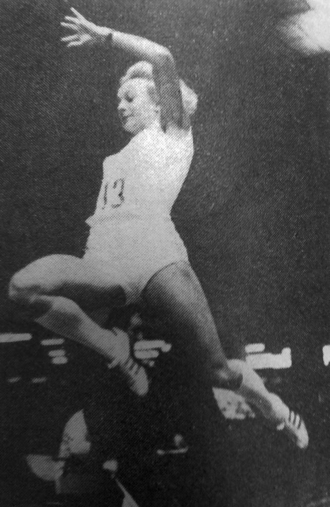 """Mirosława Sarna w 1973 roku zdobyła także mistrzostwo Polski w hali (zdjęcie: """"Lekkoatletyka"""" 1973 nr 4)"""